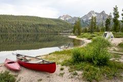 小船和帐篷在Idaho湖的一座高山下野营 库存照片