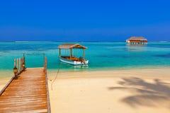 小船和平房在马尔代夫海岛上 库存图片