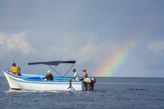 小船和彩虹在印度洋 库存图片