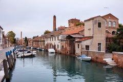 小船和房子一条运河的在Giudecca海岛 库存照片