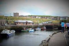 小船和房子在Eyemouth,老渔镇在苏格兰,英国 07 08 2015年 库存图片