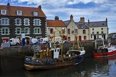 小船和房子在Eyemouth,老渔镇在苏格兰,英国 07 08 2015年 图库摄影