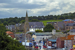 小船和房子在Eyemouth,老渔镇在苏格兰,英国 07 08 2015年 免版税库存图片