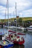 小船和房子在Eyemouth,老渔镇在苏格兰,英国 07 08 2015年 库存照片