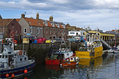 小船和房子在Eyemouth,老渔镇在苏格兰,英国 07 08 2015年 免版税图库摄影