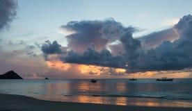 小船和日落在圣卢西亚 免版税库存图片