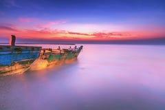 小船和早晨海 免版税库存图片