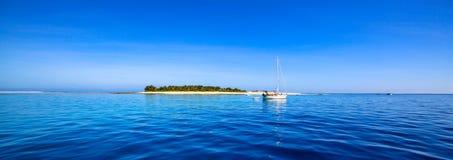 小船和有白色海滩的美丽的斐济环礁海岛 免版税库存照片