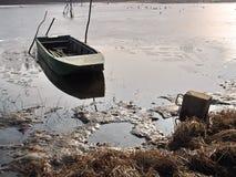 小船和浮体停住的小船 免版税库存图片