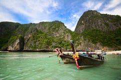 小船和海岛在andaman海运泰国 库存照片