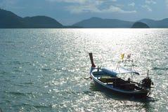 小船和海岛 库存图片