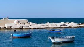 小船和海普利亚(意大利) 库存图片