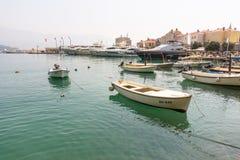 小船和海洋游艇在老布德瓦的码头在黑山 免版税库存照片