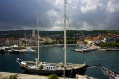 小船和清楚的水在Brac海岛上  免版税库存图片