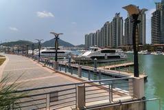 小船和游艇停车处在Linchun河在三亚市,海南岛 库存图片