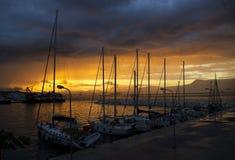 小船和游艇在口岸停泊了在日落晚上 库存照片