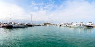 小船和游艇在安地比斯小游艇船坞,彻特d ` Azur 免版税库存图片