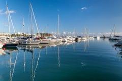 小船和游艇在小游艇船坞 库存照片