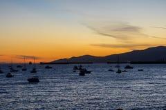 小船和游艇在海湾在日落 库存照片