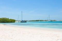 小船和游艇在海滩 免版税库存图片