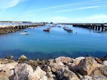 小船和游艇在萨格里什,葡萄牙 免版税库存照片