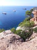 小船和游艇在蓝色海湾在伊维萨岛 库存图片