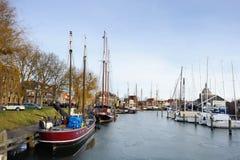 小船和游艇在litlle历史城市港口  免版税库存图片