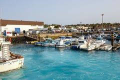 小船和游艇在Rubicon小游艇船坞,兰萨罗特岛,加那利群岛,西班牙 免版税图库摄影