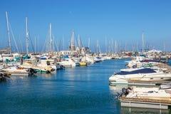 小船和游艇在Rubicon小游艇船坞,兰萨罗特岛,加那利群岛,西班牙 免版税库存照片