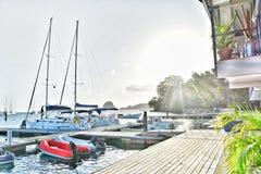小船和游艇由岸停放了在蓝色盐水湖在圣文森特和格林纳丁斯 免版税库存图片