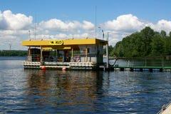 小船和游艇的加油站在河Dnieper 免版税库存照片