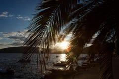 小船和游艇靠了码头在黑山的海湾的码头在日落和山 免版税图库摄影