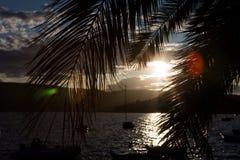 小船和游艇靠了码头在黑山的海湾的码头在日落和山 免版税库存图片