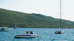 小船和游艇靠了码头在黑山的海湾的码头 股票录像