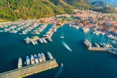 小船和游艇鸟瞰图在日落 免版税库存图片