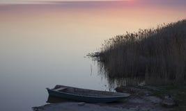小船和湖日落的 免版税库存图片