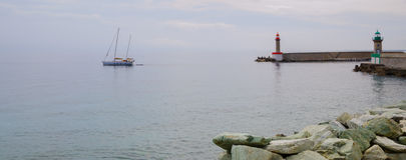 小船和灯塔在巴斯蒂亚港口 图库摄影