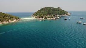 小船和码头在小海岛附近 马达漂浮在镇静蓝色海的下潜小船在独特的小小岛附近和有关 股票录像