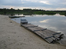 小船和竹子木筏 免版税库存图片