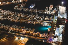 小船和美丽的城市鸟瞰图在晚上在索伦托,意大利 与小船的令人惊讶的风景在小游艇船坞海湾,海,城市光 库存照片