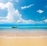 小船和美丽的蓝色海洋 免版税库存照片
