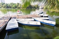 小船和脚蹬小船在Lumpini公园 图库摄影