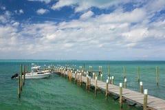 小船和船坞在巴哈马 免版税库存照片