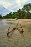 小船和船锚在海滩附近 库存照片