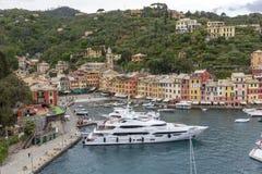 小船和色的房子菲诺港的,意大利 免版税库存图片