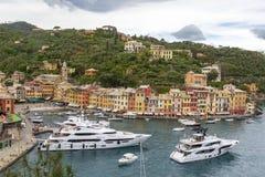 小船和色的房子菲诺港的,意大利 库存照片