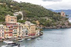 小船和色的房子菲诺港的,意大利 库存图片