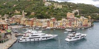 小船和色的房子菲诺港的,意大利 图库摄影