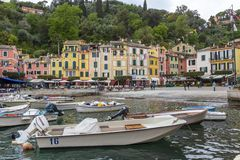 小船和色的房子菲诺港的,意大利 免版税图库摄影