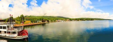 小船和视域在湖乔治在部分地多云天 免版税库存照片